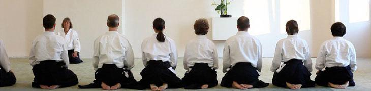 Meditation zu beginn des Aikido Unterrichts
